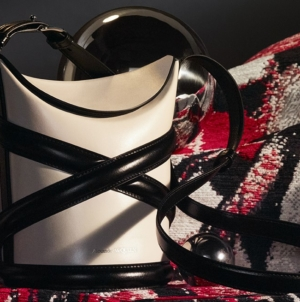 Alexander McQueen borsa The Curve 2021: nuovi colori per la it-bag di questa primavera estate