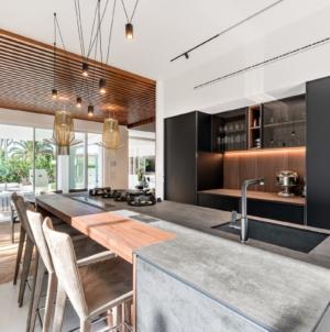 Zampieri cucine XP: Charmitaliastudio firma l'interior design di Villa Anna a Forte dei Marmi