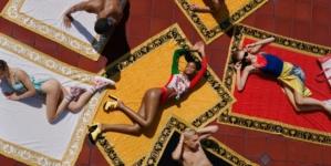 Costumi da bagno Versace 2021: La Vacanza, il video e le immagini della campagna