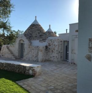 Vacanze nei Trulli Ostuni: Tenuta Contrada Albrizio, il lusso tra tradizione e ulivi secolari