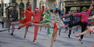Moschino Resort 2022: il musical Lightning Strikes con Karen Elson e la collezione maschile primavera estate