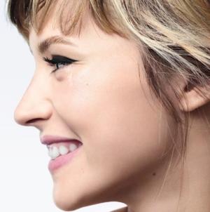 Chanel make up occhi estate 2021: Angele è il volto della nuova campagna