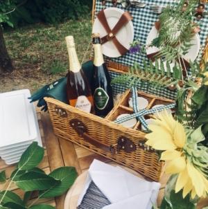 Come organizzare il picnic perfetto: finger food sfiziosi e un buon calice di spumante