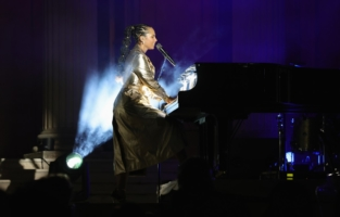 CAP D'ANTIBES, FRANCE - JULY 16:   Alicia Keys performs at the amfAR Cannes Gala 2021 at Villa Eilenroc on July 16, 2021 in Cap d'Antibes, France.  (Photo by Andreas Rentz/amfAR/Getty Images for amfAR )
