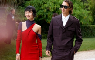 CAP D'ANTIBES, FRANCE - JULY 16: (L-R) Mao Xiaoxing and James Turlington attend the amfAR Cannes Gala 2021 at Villa Eilenroc on July 16, 2021 in Cap d'Antibes, France. (Photo by Kevin Tachman/amfAR/Getty Images for amfAR)
