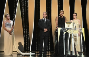 CANNES, FRANCE - JULY 17: (L to R) Sharon Stone, Vincent Lindon, Julia Ducournau and Agathe Rousselle pose with the Palme d'Or 'Best Movie Award' for 'Titane' during the closing ceremony of the 74th annual Cannes Film Festival on July 17, 2021 in Cannes, France. (Photo by Pascal Le Segretain/Getty Images)