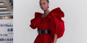 Alexander McQueen donna Pre-Fall 2021: nuovi volumi e forme innovative, tutti i look