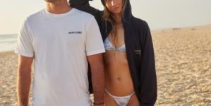 Dockers campagna Love Water More: protagonisti i surfisti e attivisti Maud Le Car e Joan Duru