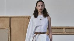Calcaterra primavera estate 2022: outfit lineari e volumi fluidi, tutti i look della sfilata