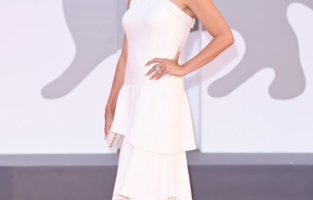 """VENICE, ITALY - SEPTEMBER 04: Penélope Cruz attends the red carpet of the movie """"Competencia Oficial"""" during the 78th Venice International Film Festival on September 04, 2021 in Venice, Italy. (Photo by Daniele Venturelli/WireImage)"""