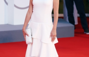 """VENICE, ITALY - SEPTEMBER 04: Penélope Cruz attends the red carpet of the movie """"Competencia Oficial"""" during the 78th Venice International Film Festival on September 04, 2021 in Venice, Italy. (Photo by Ernesto Ruscio/Getty Images)"""