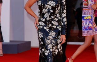 """VENICE, ITALY - SEPTEMBER 04:  Monica Cruz attends the red carpet of the movie """"Competencia Oficial"""" during the 78th Venice International Film Festival on September 04, 2021 in Venice, Italy. (Photo by John Phillips/Getty Images for Armani Beauty)"""