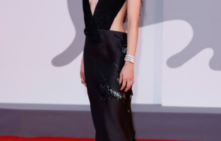 """VENICE, ITALY - SEPTEMBER 04: Alice Pagani  attends the red carpet of the movie """"Competencia Oficial"""" during the 78th Venice International Film Festival on September 04, 2021 in Venice, Italy. (Photo by John Phillips/Getty Images for Armani Beauty)"""