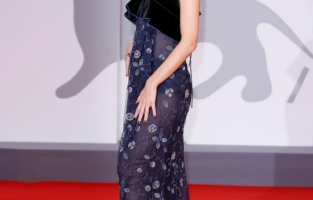 """VENICE, ITALY - SEPTEMBER 04: Esther Acebo attends the red carpet of the movie """"Competencia Oficial"""" during the 78th Venice International Film Festival on September 04, 2021 in Venice, Italy. (Photo by John Phillips/Getty Images for Armani Beauty)"""