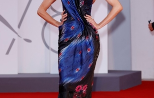 """VENICE, ITALY - SEPTEMBER 04: Eugenia Silva attends the red carpet of the movie """"Competencia Oficial"""" during the 78th Venice International Film Festival on September 04, 2021 in Venice, Italy. (Photo by John Phillips/Getty Images for Armani Beauty)"""
