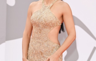 """VENICE, ITALY - SEPTEMBER 03: Adriana Lima attends the red carpet of the movie """"Dune"""" during the 78th Venice International Film Festival on September 03, 2021 in Venice, Italy. (Photo by Daniele Venturelli/WireImage)"""