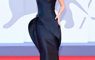 """VENICE, ITALY - SEPTEMBER 01: Barbara Palvin attends the red carpet of the movie """"Madres Paralelas"""" during the 78th Venice International Film Festival on September 01, 2021 in Venice, Italy. (Photo by Daniele Venturelli/WireImage)"""
