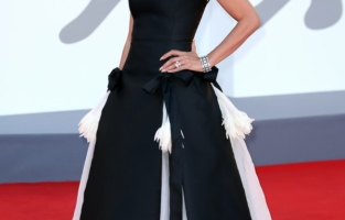 """VENICE, ITALY - SEPTEMBER 01: Penelope Cruz attends the red carpet of the movie """"Madres Paralelas"""" during the 78th Venice International Film Festival on September 01, 2021 in Venice, Italy. (Photo by Ernesto Ruscio/Getty Images)"""