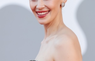 """VENICE, ITALY - SEPTEMBER 01:  Venezia78 Jury member Sarah Gadon attends the red carpet of the movie """"Madres Paralelas"""" during the 78th Venice International Film Festival on September 01, 2021 in Venice, Italy. (Photo by Vittorio Zunino Celotto/Getty Images)"""
