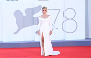 """VENICE, ITALY - SEPTEMBER 01: Venezia78 Jury member Virginie Efira attends the red carpet of the movie """"Madres Paralelas"""" during the 78th Venice International Film Festival on September 01, 2021 in Venice, Italy. (Photo by Daniele Venturelli/WireImage)"""