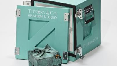 Tiffany & Co Daniel Arsham: la Bronze Eroded Tiffany Blue Box in edizione limitata