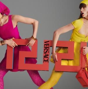 Versace collezione autunno inverno 2021: il nuovo pattern La Greca e la campagna con Dua Lipa