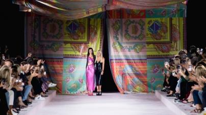 Versace primavera estate 2022: gli iconici foulard di seta, in passerelle Dua Lipa, tutti i look