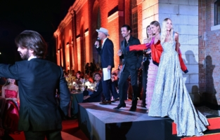 VENICE, ITALY - SEPTEMBER 10: (L-R) Andy Boose, Andrei Gillott, Valery Kaufman, Anna Castellini Baldissera and Valentina Shcherbenko on stage during the auction at the amfAR Venice gala 2021 on September 10, 2021 in Venice, Italy. (Photo by Pietro D'Aprano/amfAR/Getty Images for amfAR)