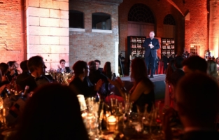 VENICE, ITALY - SEPTEMBER 10: Kevin Robert Frost speaks on stage during the amfAR Venice gala 2021 on September 10, 2021 in Venice, Italy. (Photo by Pietro D'Aprano/amfAR/Getty Images for amfAR)
